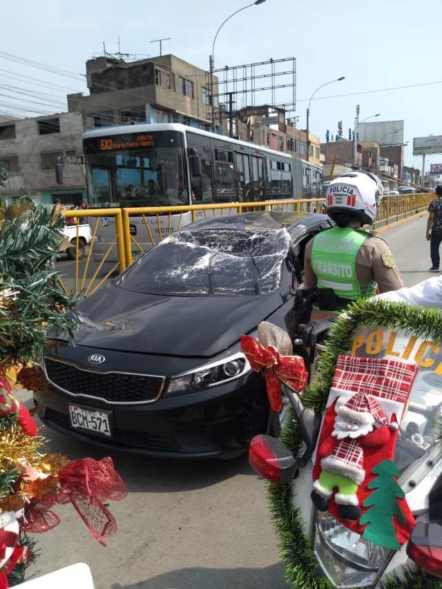 Así quedó el automóvil que provocó el accidente. Era conducido porEder Cotillo Antunez, un oficial de la Policía Nacional.