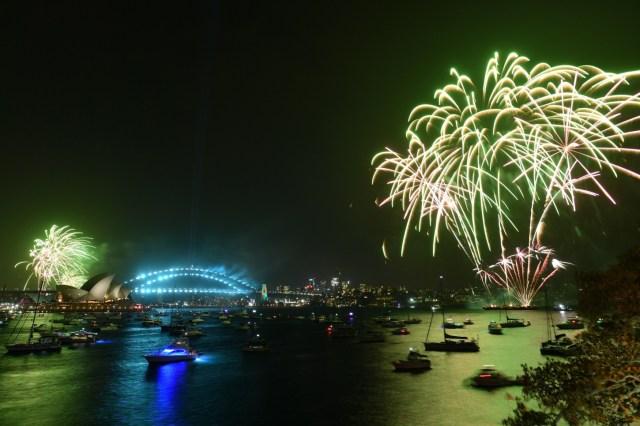 Los fuegos artificiales explotan sobre el puerto de Sídney como parte de las celebraciones en Australia, el 1 de enero de 2020. Ya se lanzaron fuegos artificiales más pequeños a las 9 p.m. hora local para niños y familias.