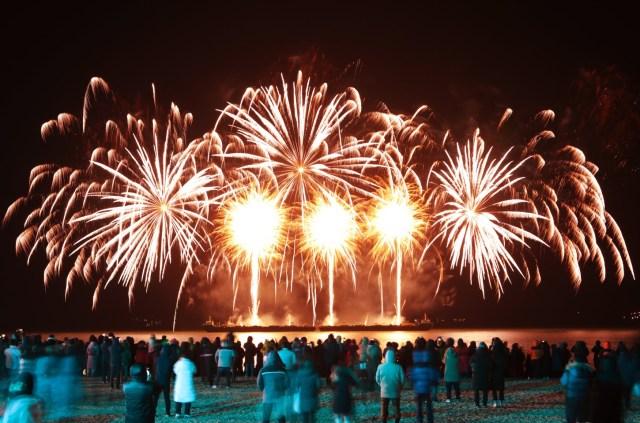 Los residentes y turistas miran el espectáculo de fuegos artificiales en la playa de Yulpo en Yulpo, Corea del Sur, el 31 de diciembre de 2019.