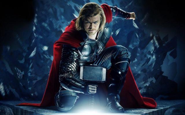 6. THOR. La cinta presenta al dios nórdico Thor (Chris Hemsworth) siendo desterrado por su padre Odín (Anthony Hopkins) a la Tierra. Antes de su aterrizaje, Thor pierde su martillo mágico. A lo largo de la cinta, Thor recupera el arma y logra vencer al Destructor, controlado por su malvado hermano Loki (Tom Hiddleston). En la escena post- crédito, Erik Selvig, científico y amigo de Thor, trabaja con Nick Fury en el Teseracto, tras ser recuperado después de