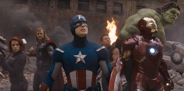 7. LOS VENGADORES. La cinta estrenada en abril de 2012 muestra a los superhéroes de Marvel juntos por primera vez en la pantalla grande. Los héroes se unen cuando Loki intenta conquistar el planeta luego de robar el Teseracto e inicia una invasión Chitauri. La escena post crédito nos presenta por primera vez a Thanos, el gran villano de la saga.