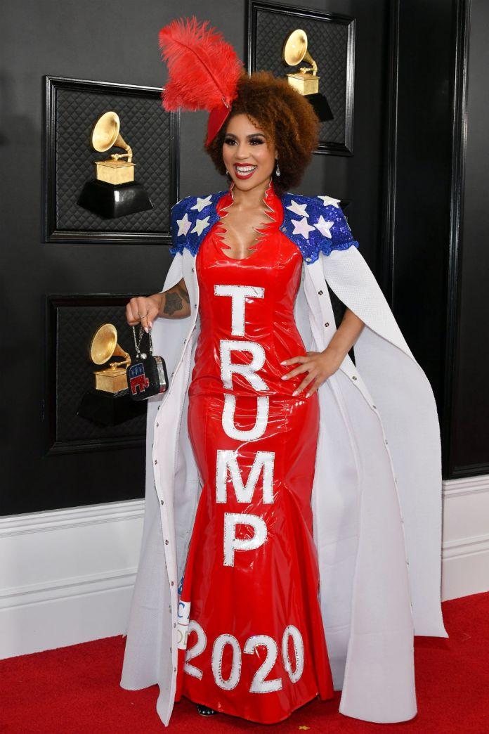 La cantante Joy Villa elige, por cuarto año consecutivo, un vestuario que respalda las políticas del presidente de Estados Unidos, Donald Trump.
