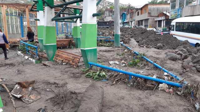 Rodolfo Huachaca, uno dede losvecinos, relató a RPP Noticias que el derrumbe empezó alrededor de las 7:30 de la noche.