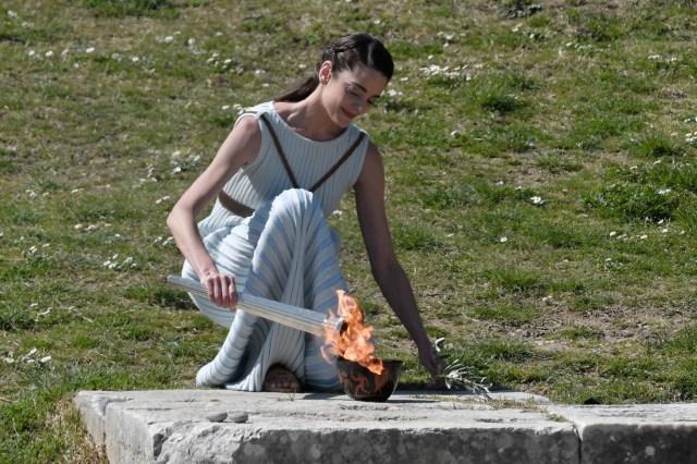 En su intervención el presidente del Comité Olímpico Griego, Spyros Capralos, destacó que por primera vez en la historia la primera portadora ha sido una mujer, la tiradora Anna Korakaki, lo que, dijo, constituye un