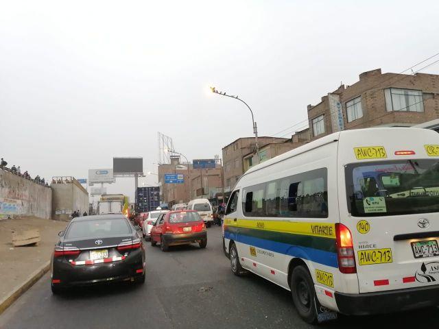 El distanciamiento social no existe en los buses y combis que han salido a laborar hoy.