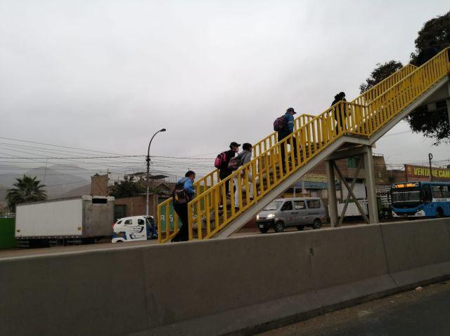 Decenas de pasajeros están en los distintos paraderos de la Panamericana Norte.