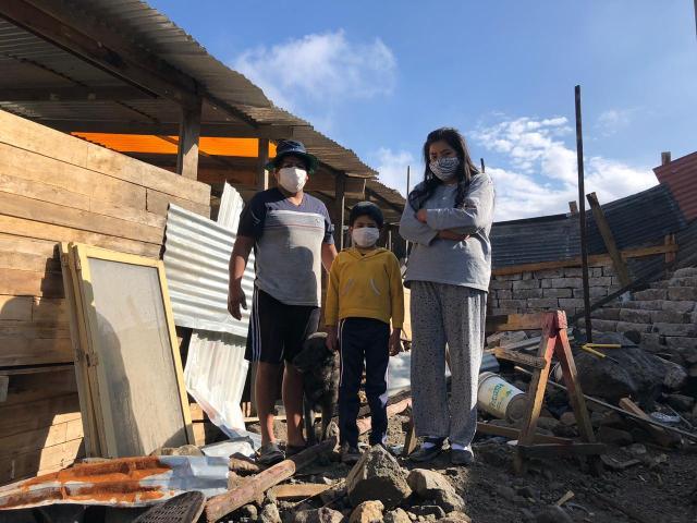 El deslizamiento de lodo y piedras inundó el taller de carpintería de la familia Quispe Aroni.