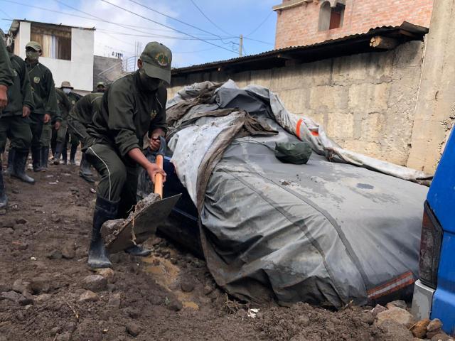 Soldados del Ejército ayudan en las labores de limpieza en el sector de Pozo Negro tras el ingreso de huaicos.