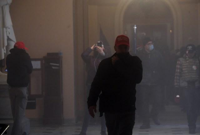 Distintos sujetos agarraron los extintores y las usaron causando una forma de humo en el lugar.