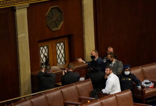La Policía desenfundó armas dentro del Congreso invadido por simpatizantes de Donald Trump, para proteger a los legisladores en momentos en que
