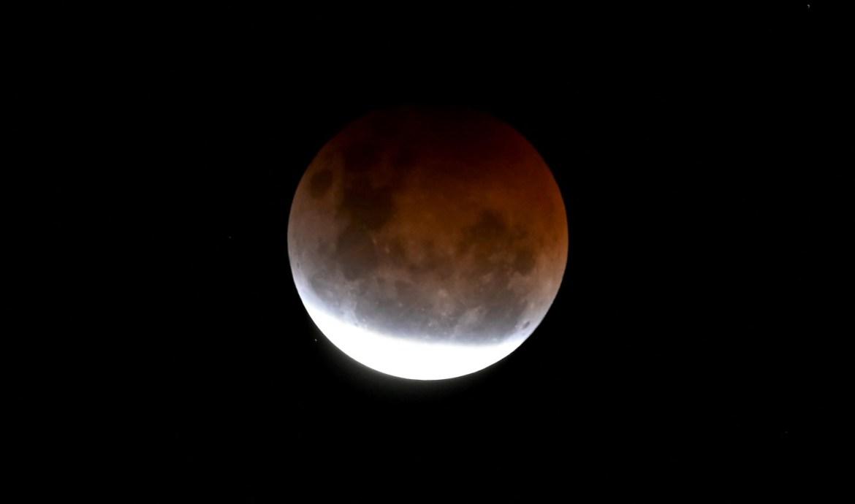 Eclipse total, visto de manera parcial, desde Australia.