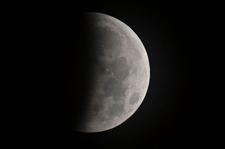 A las 3:45 de la mañana Perú, la Lunaempezó a volverse más oscura.