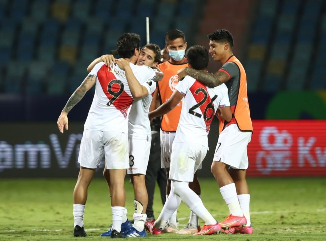 A celebrar. Gianluca Lapadula se abraza con sus compañeros al término del partido entre Perú y Paraguay.