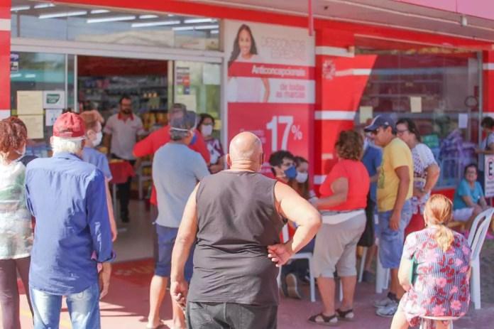 Crowd at the most popular pharmacy on Rua Zulmira Borba, in the Nova Lima neighborhood, this Tuesday (Photo: Marcos Maluf)