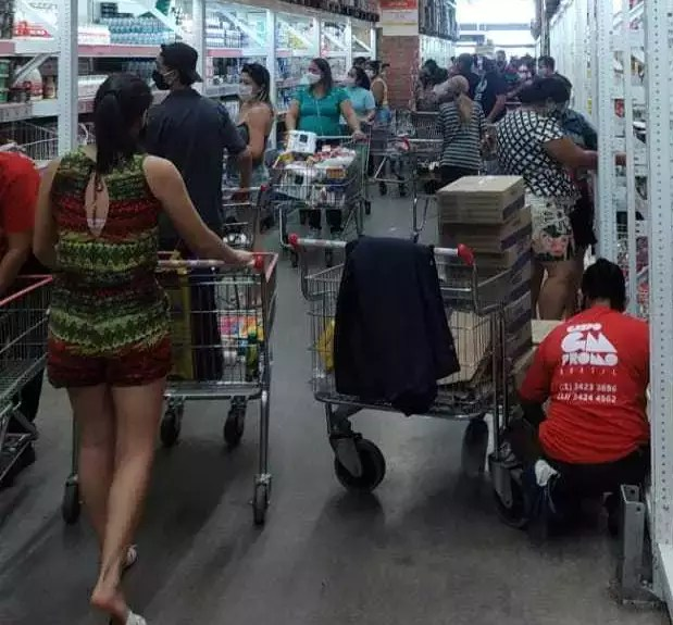 Wholesaler corridor has almost no space for people to walk in image made this Thursday by reader. (Photo: Straight from the Streets)