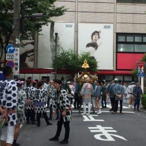 上野駅前の神輿の担ぎ手