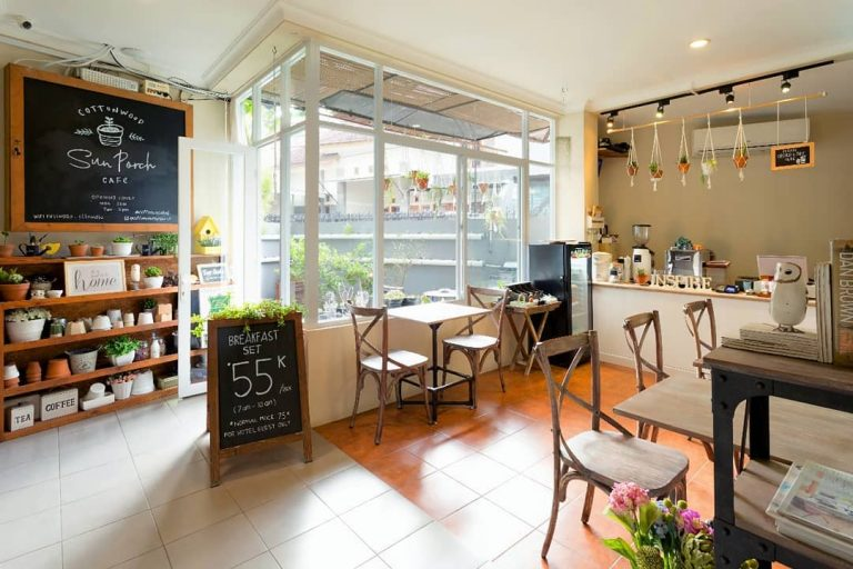 cafe di hotel unik di bandung bernama cottonwood bed and breakfast house