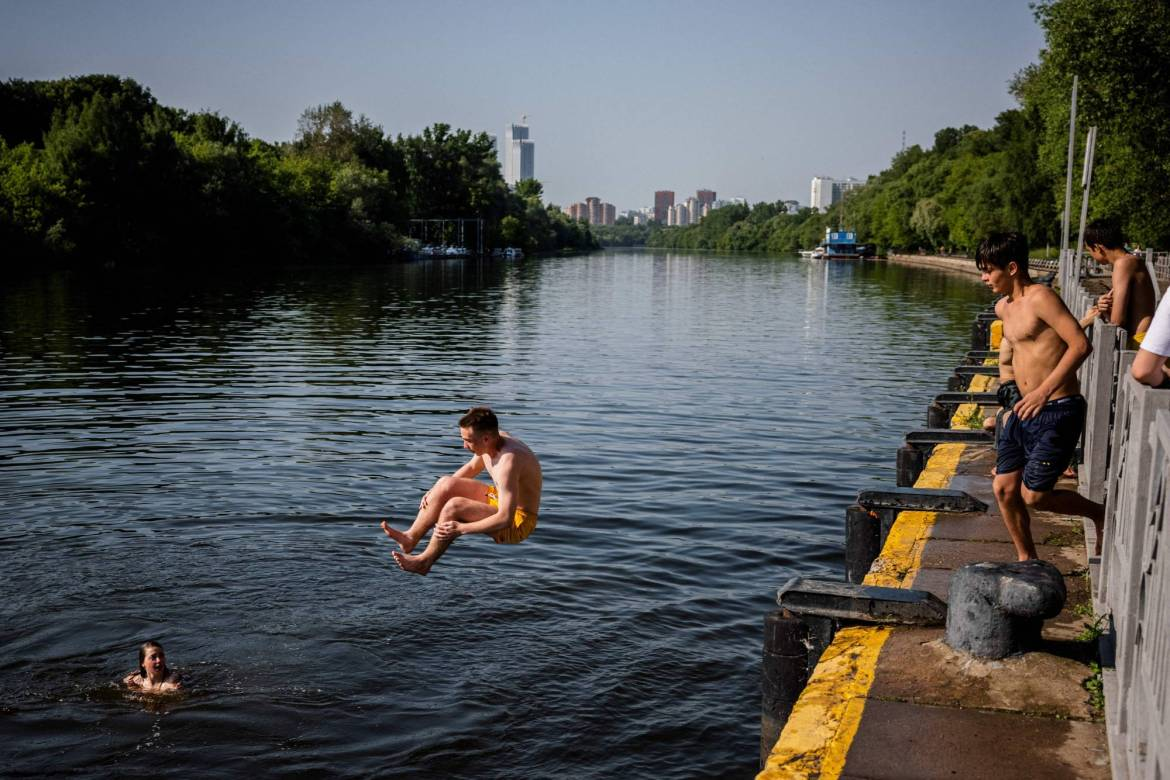 Russian youths cool off in the Moskva River during a hot summer day in Moscow on Tuesday. | AFP-JIJI