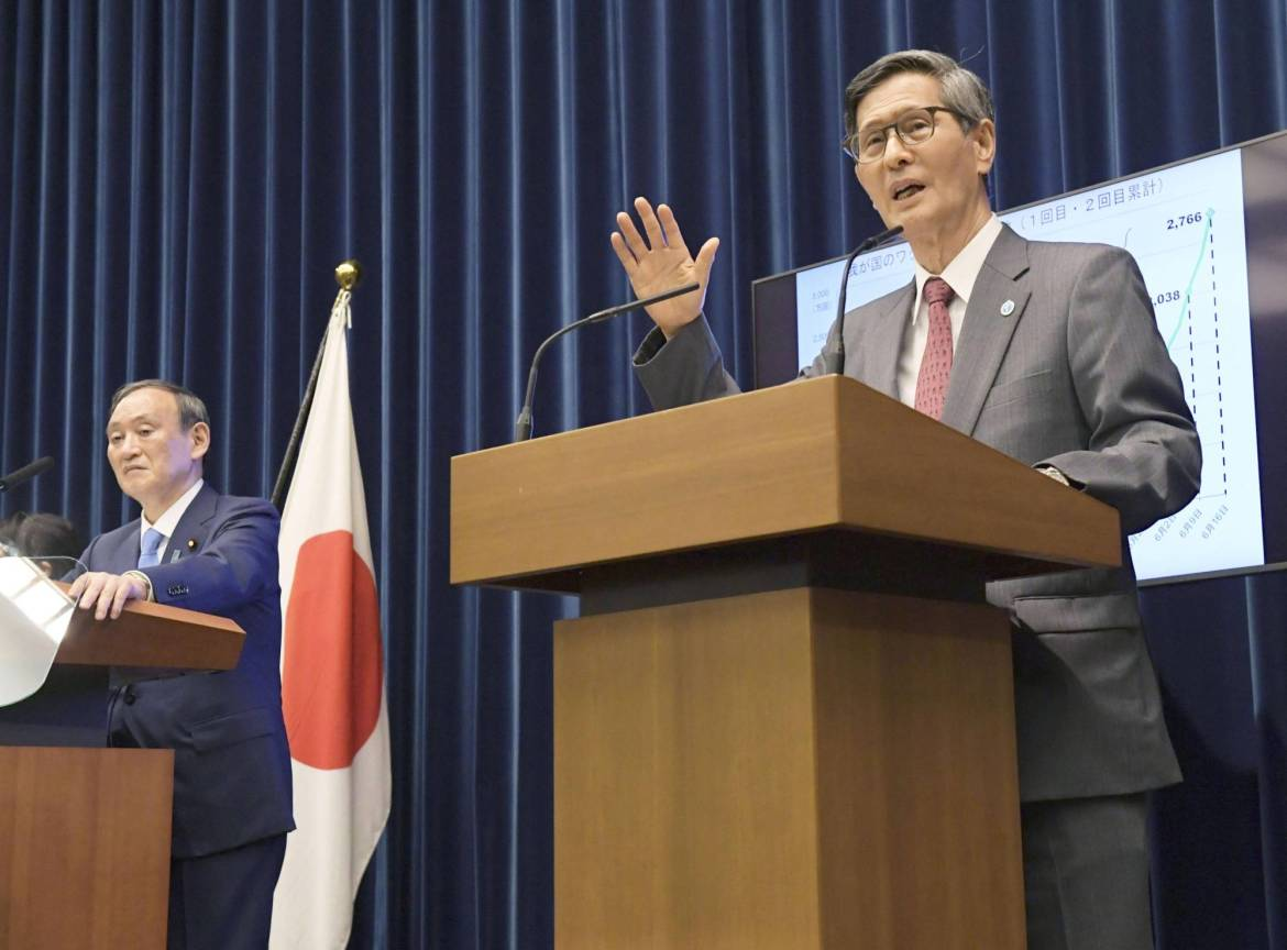 Shigeru Omi speaks at a news conference at the Prime Minister's Office on Thursday.   POOL / VIA KYODO
