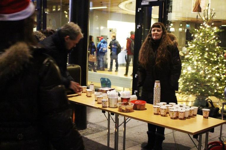 Tidlig på morgenen delte FAU ut pepperkaker og gløgg til lærere og elever