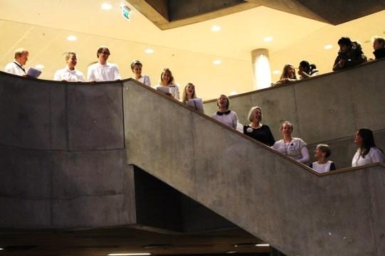Lærerkoret underholdt elevene i kantina med flere sanger