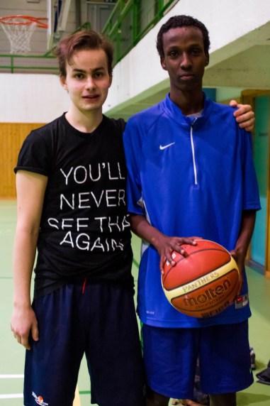 Kompisen Mubarak Ismail (17) og Simon. Foto: Jennifer Maricela Ulloa Moreno