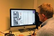 Odd-Øystein Johnsen jobber med grafikk. Foto: Emilie Boryszewski