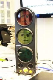 Støyinndikatoren til NTB hjelper å redusere støynivået ved desken. Foto: Emilie Boryszewski