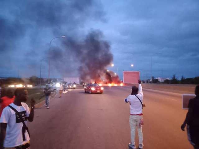 BuhariMustGo protesters block Abuja airport road, set bonfire | TheCable