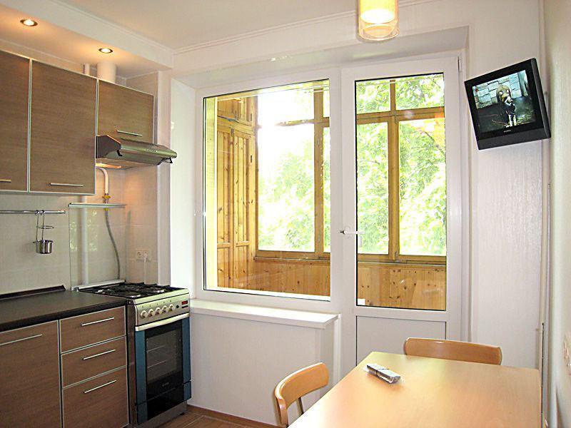small kitchen tv mats and rugs 在厨房里选择什么电视 我们研究小型和大型模型 fabalabs org 在一个大厨房里找一个电视的地方比在一个小厨房容易