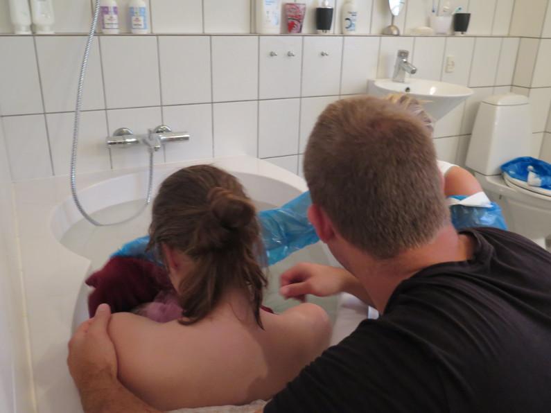 Hjemmefødsel: Far fortæller om en hurtig fødsel i eget badekar