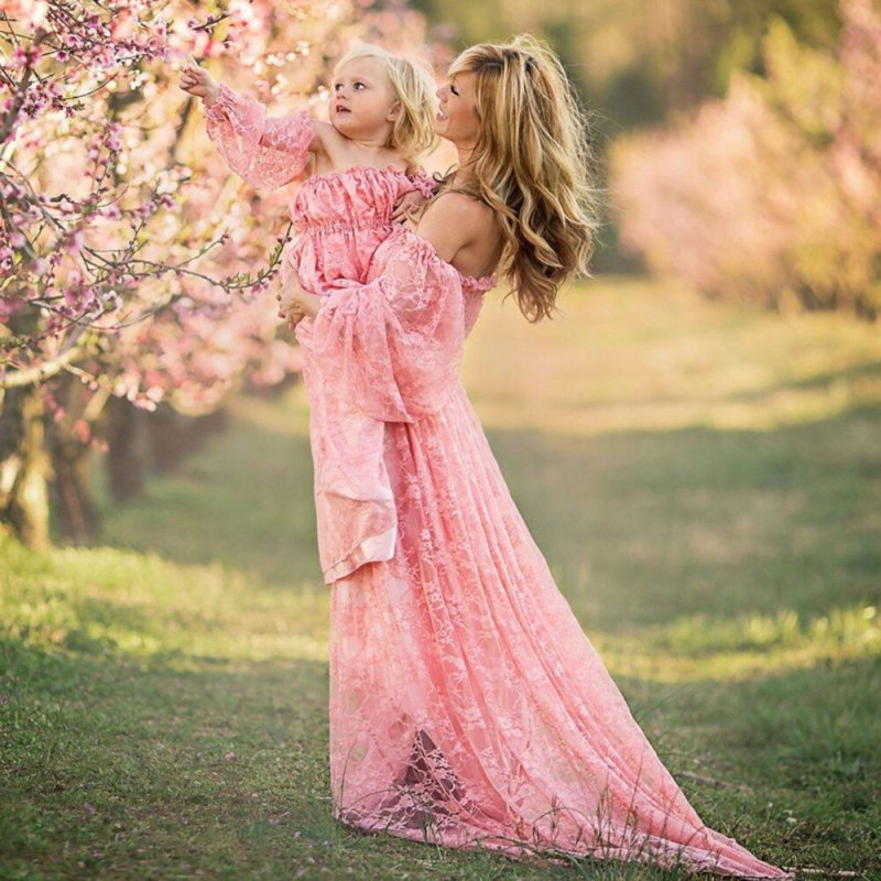 Mother daughter matching pink dress for maternity photoshoot