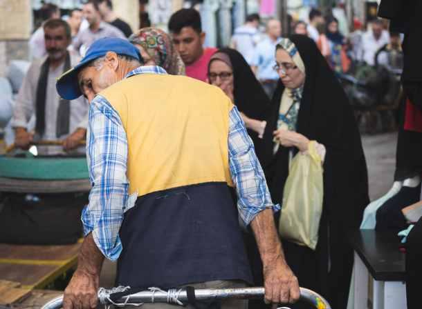 worker tehran grand bazaar