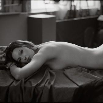 Séance photo, féminité, topless et nu artistique, le corps de la femme célébré, par Fabien Queloz, photographe professionnel à ElleStudio, Neuchâtel, Suisse.