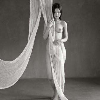 Séance photo,nu artistique, le corps de la femme célébré, par Fabien Queloz, photographe professionnel à ElleStudio, Neuchâtel, Suisse.