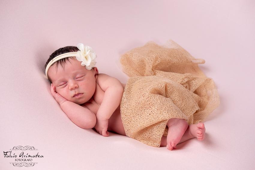 New Born Posa di lato che dorme