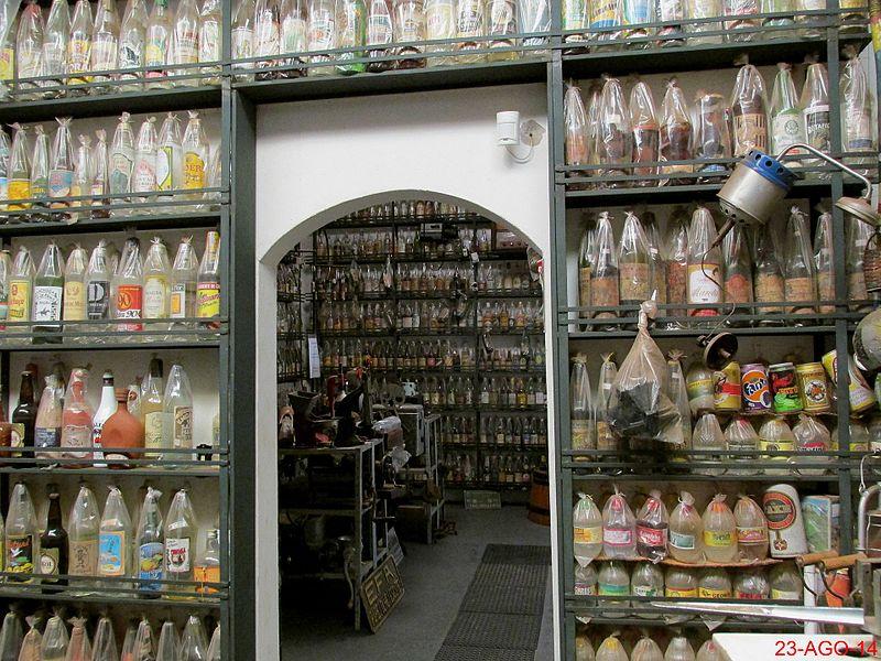 Entrada do antiquário no Engenho Santo Mario em Catanduva-SP,com destaque para a coleção de cachaça. O Museu da Cachaça, anexo ao Engenho, com mais de 5000 garrafas da bebida e um p