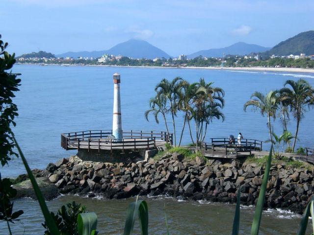 O Farol do Cruzeiro se localiza à beira mar na localização do centro comercial de Ubatuba próximo ao calçadão e a Feirinha