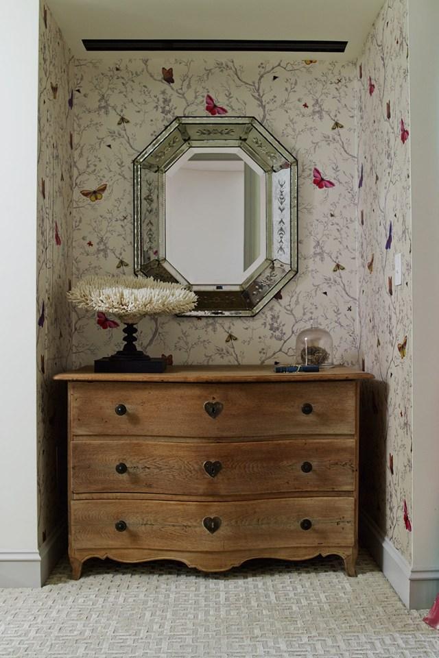 O rústico, o colorido, um pavão e um globo de espelhos