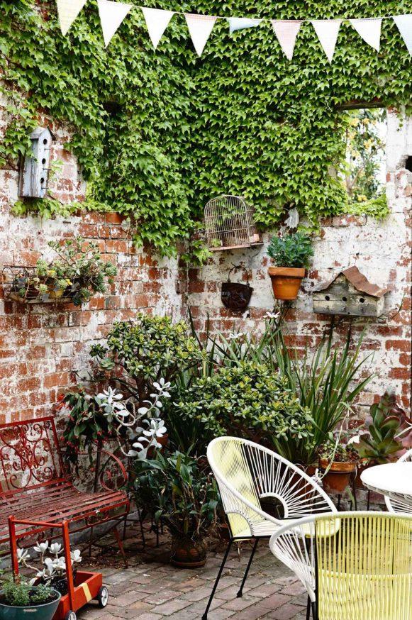courtyard-garden-vines-bunting-mar15-20150721103246-q75,dx1920y-u1r1g0