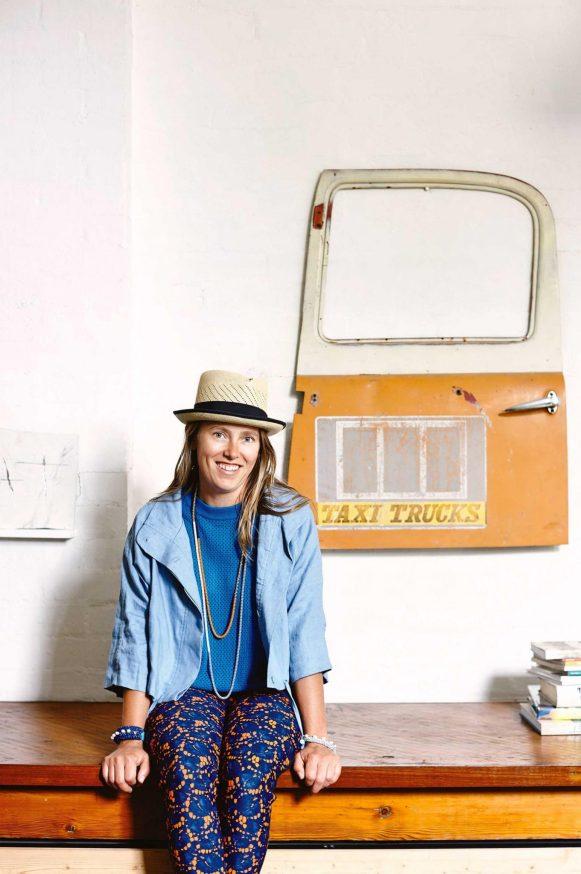 Saskia Folk e um de seus painéis