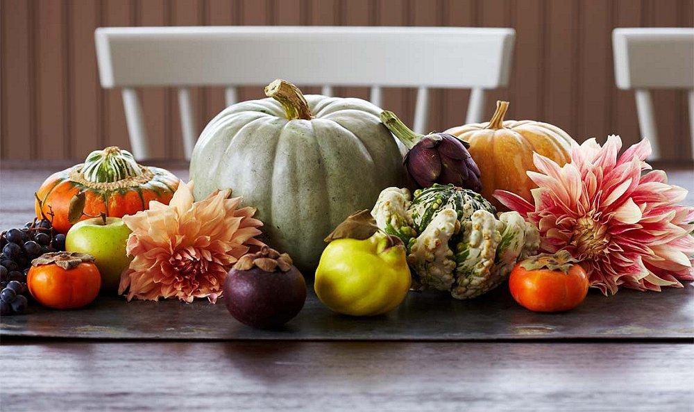 Decoração de centro de mesa com frutas e legumes