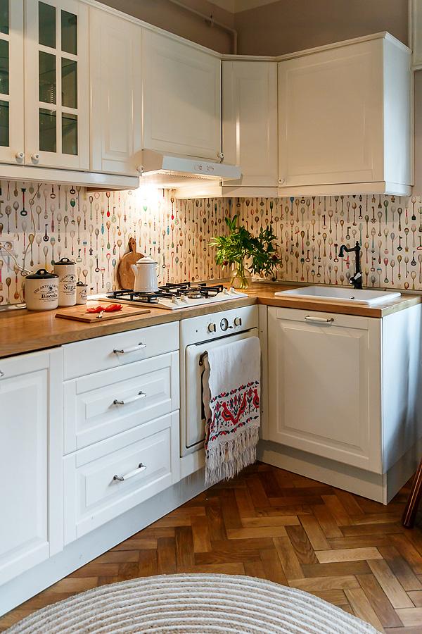 O décor deste apartamento romeno não segue um esquema. O charme está no conjunto de vários detalhes que encantam
