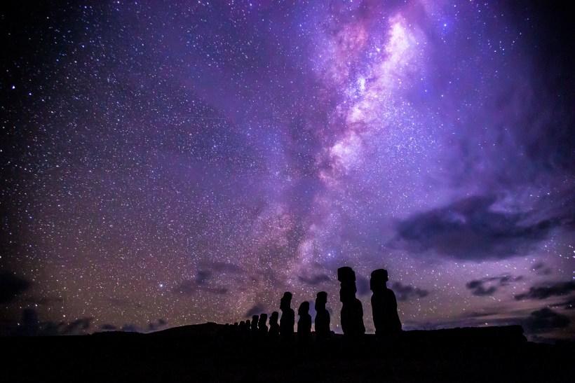 Moai_Under_the_Milky_Way_at_Ahu_Tongariki,_Easter_Island.jpg