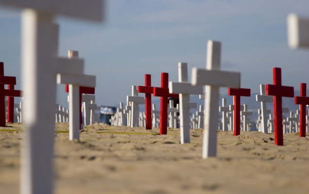 Crosses on beach in Los Angeles, a memorial to the fallen in the War on Terror. ID 22442535 © Spencerwynn | Dreamstime.