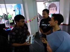 Kang Triyan, Fauzi dan Mbak Fikih sedang berbincang dengan seorang pengunjung