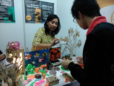 Mbak Wilona sedang menjelaskan sebuah produk ke pengunjung