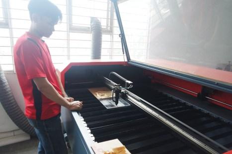Kang Triyan, sedang membuat sampel produk Laser Cutting akrilik