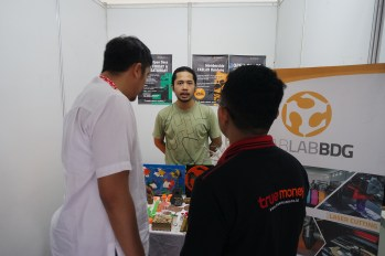 Fariz, sedang menjelaskan kepada para pengunjung