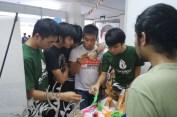 Sekumpulan mahasiswa ITB, sedang memperhatikan produk hasil 3D Printing